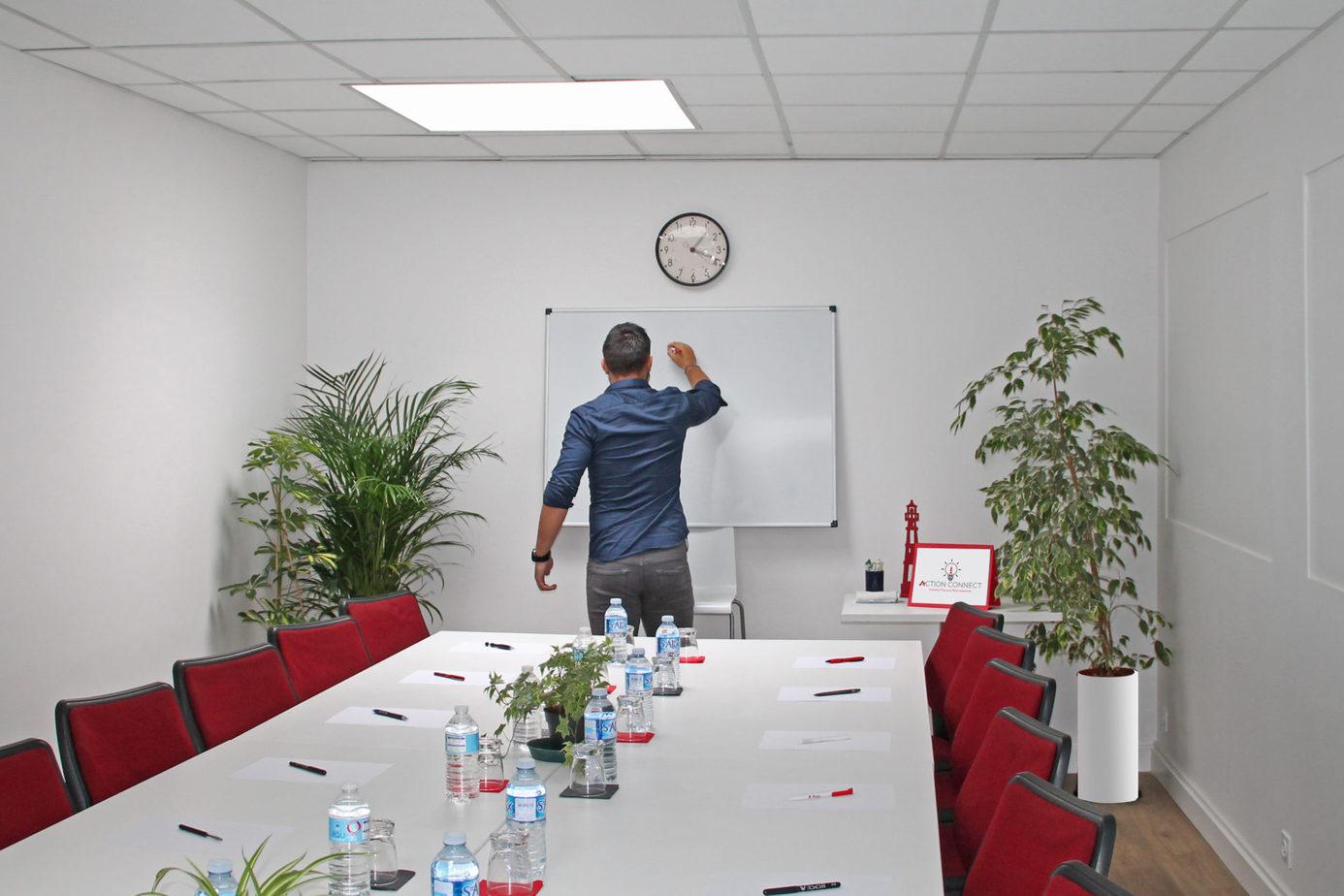 salle de réunion ou conférence action connect avec un tableau blanc et vidéoprojecteur